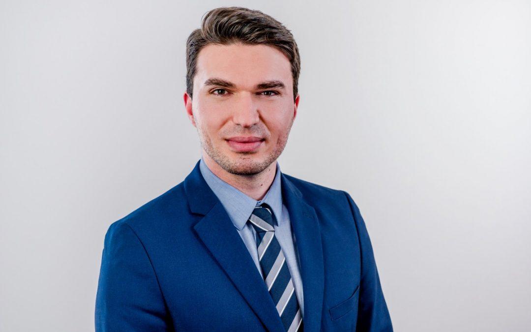 Dukagjin Elshani ist Product Owner unseres Leistungsangebots Provisions- und Vergütungsmanagement (SAP FS-ICM)